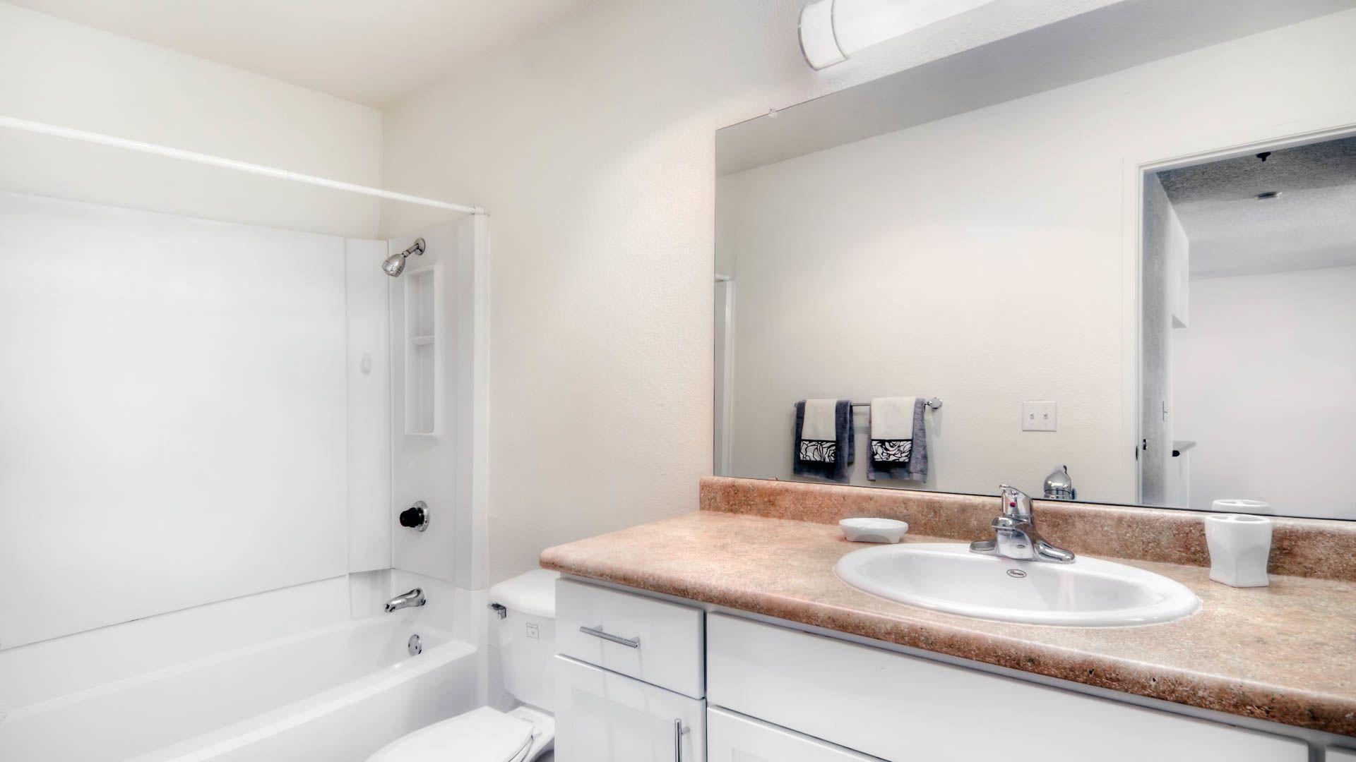 Woodleaf Apartments - Bathroom
