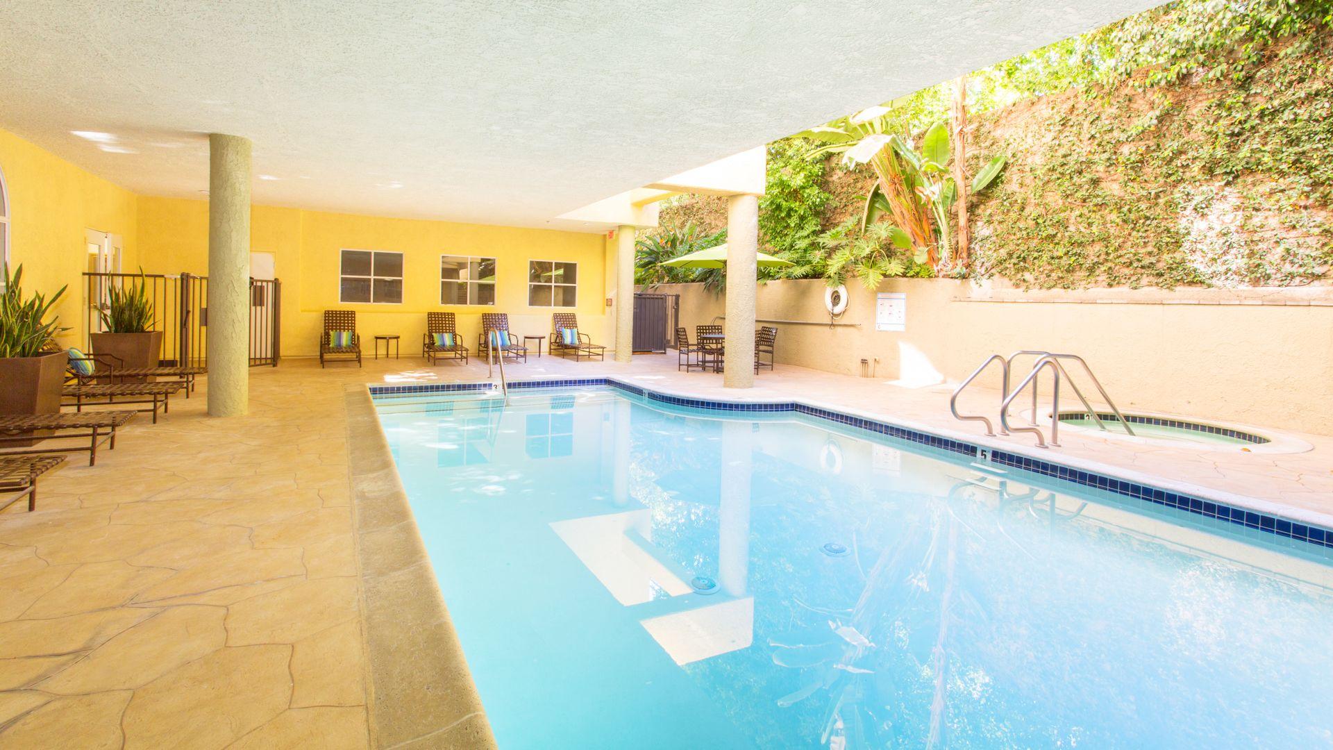 Versailles Apartments - Swimming Pool