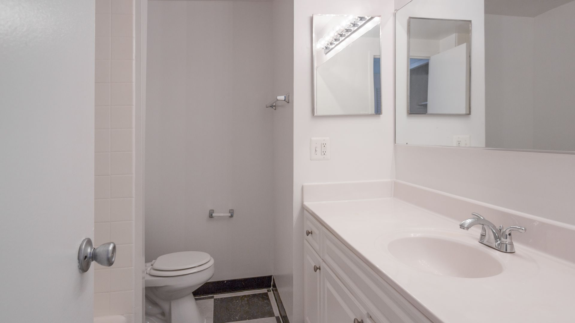 Apartments inside bathroom - Skyline Towers Apartments In Baileys Crossroads 5599 Seminary Rd Equityapartments Com