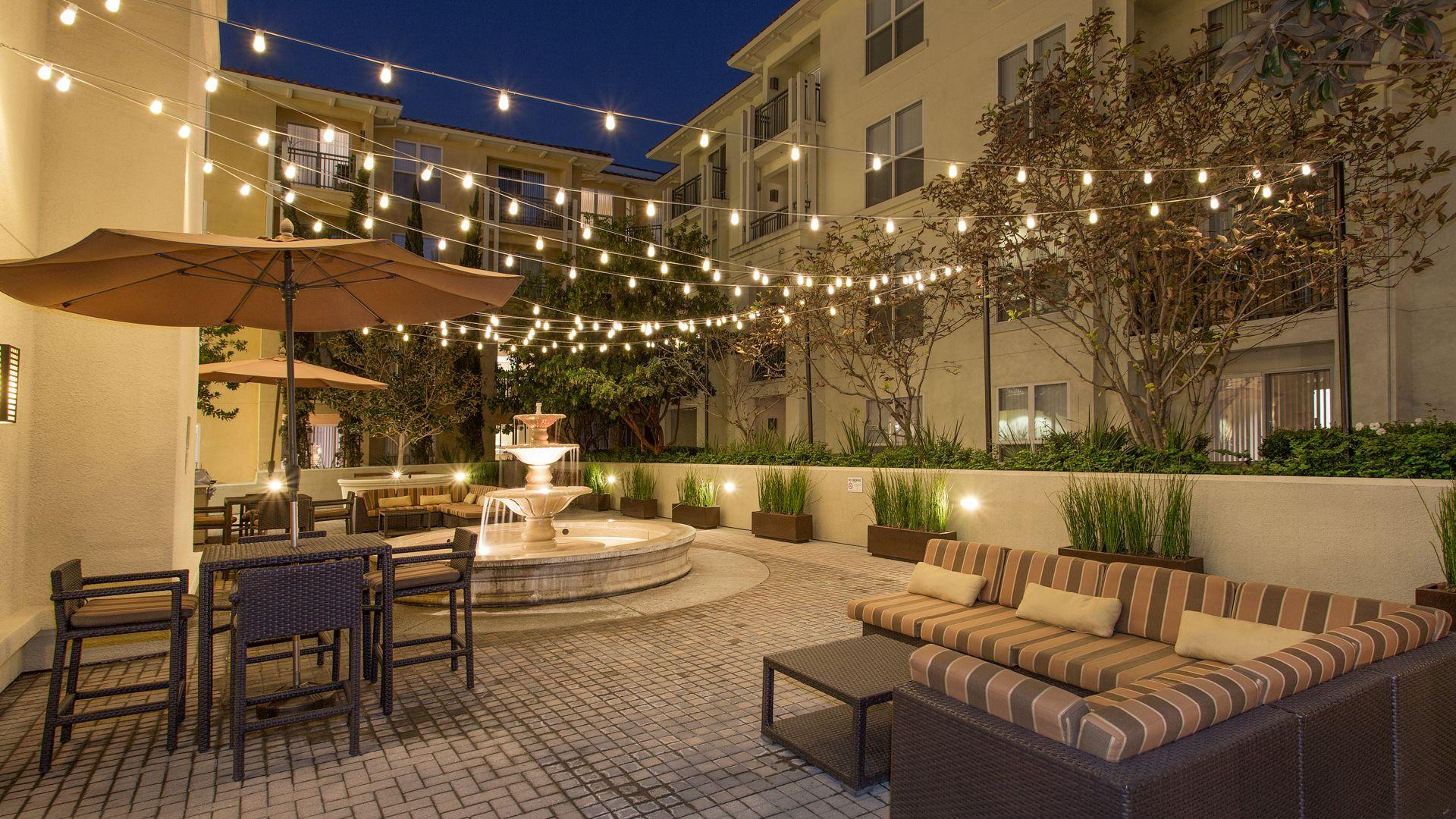 Acappella Pasadena - Courtyard