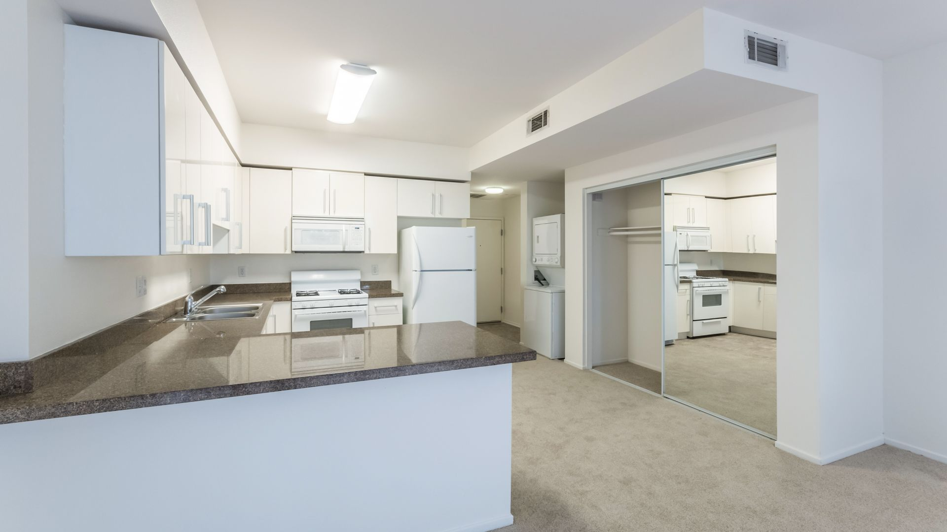 Lindley Apartments - Kitchen