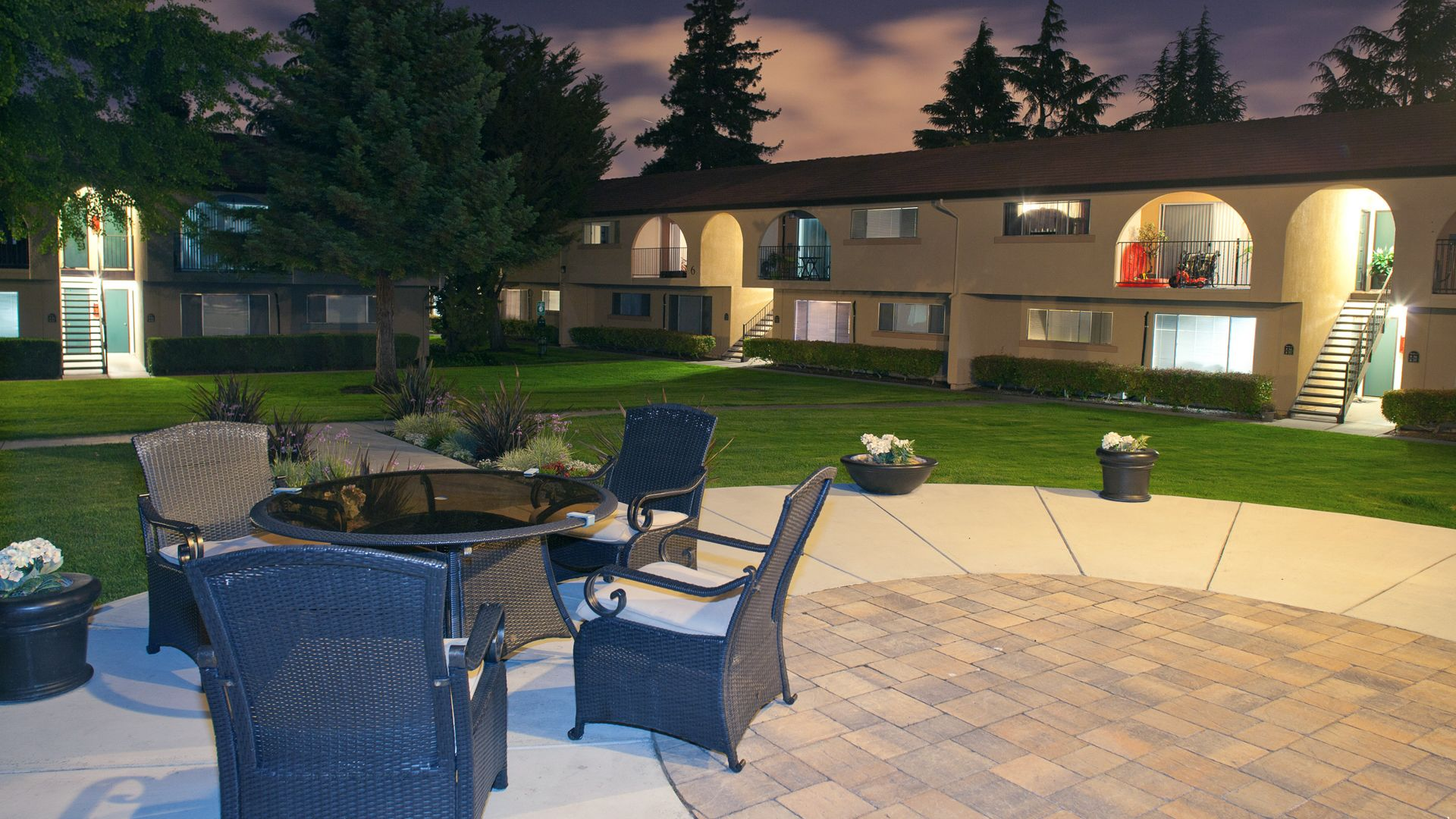 The Arches Apartments - Outdoor Seating Area