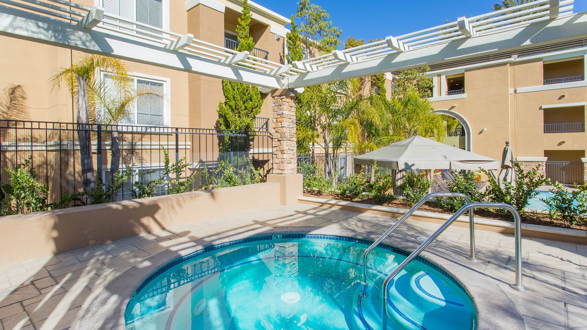 Westside Apartments - Courtyard with Spa