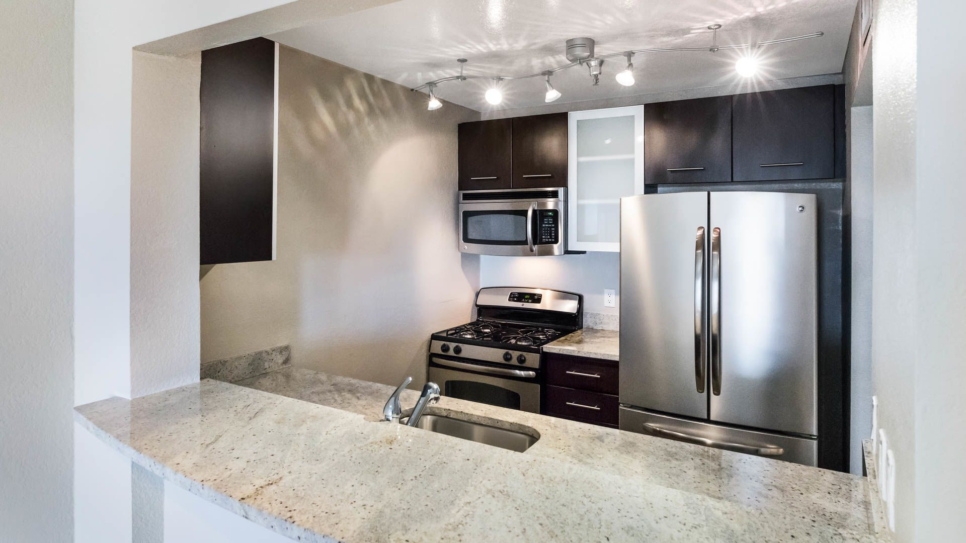 Vantage Hollywood Apartments - Kitchen
