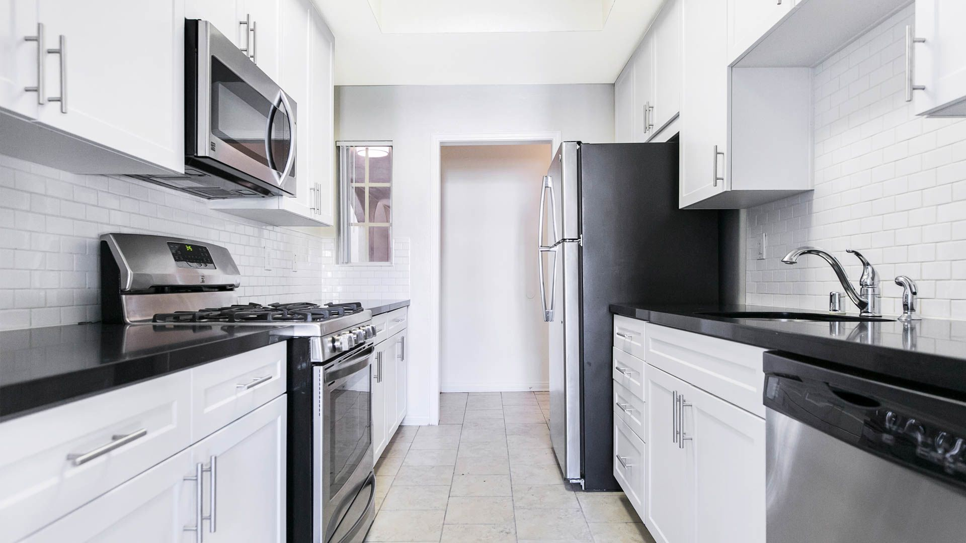 Westside on Barry Apartments - Kitchen