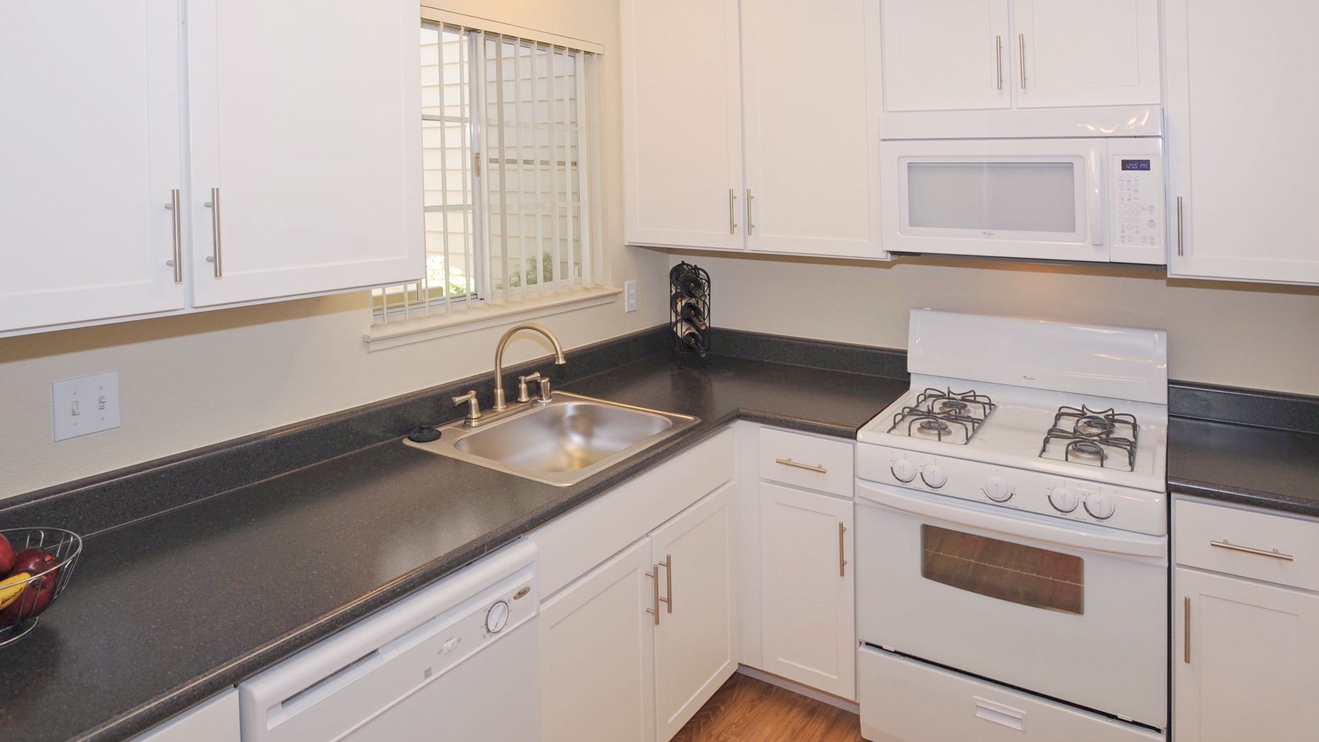 Lantern Cove Apartments - Kitchen