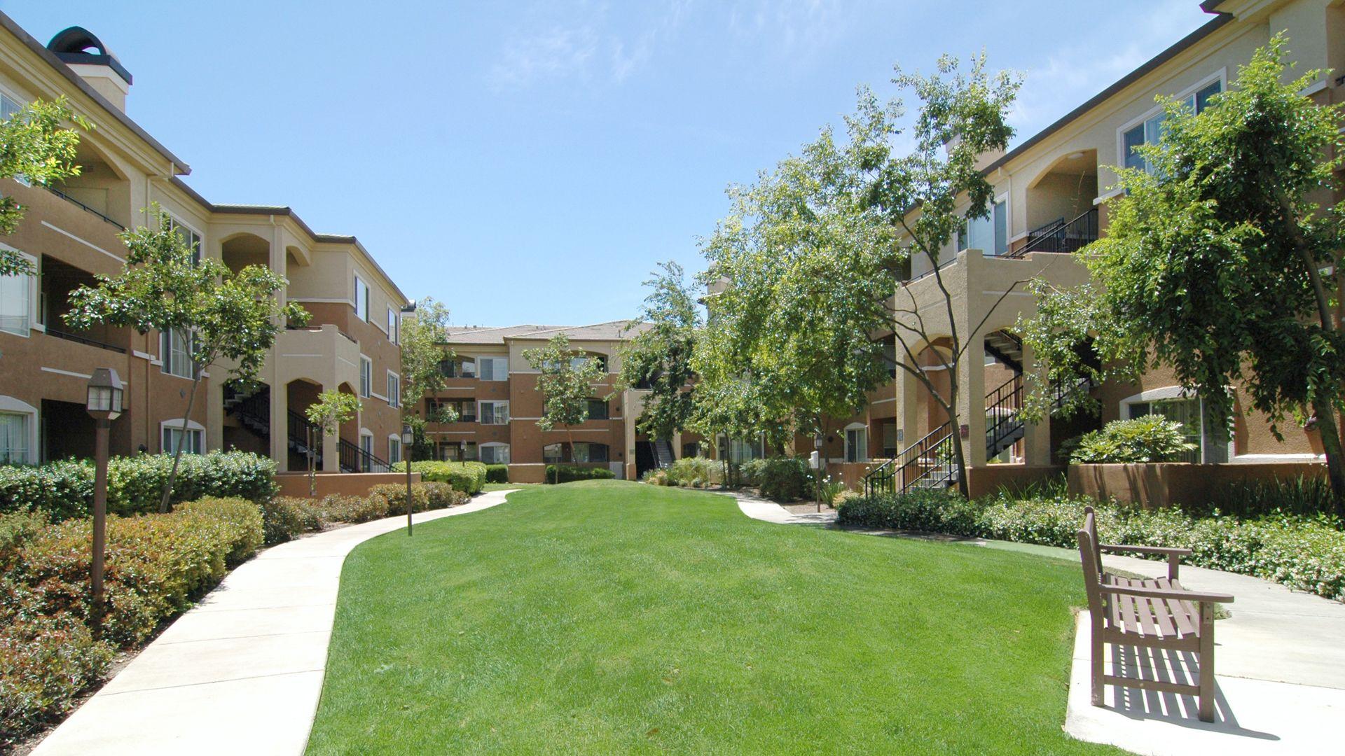 Alborada Apartments - Courtyard