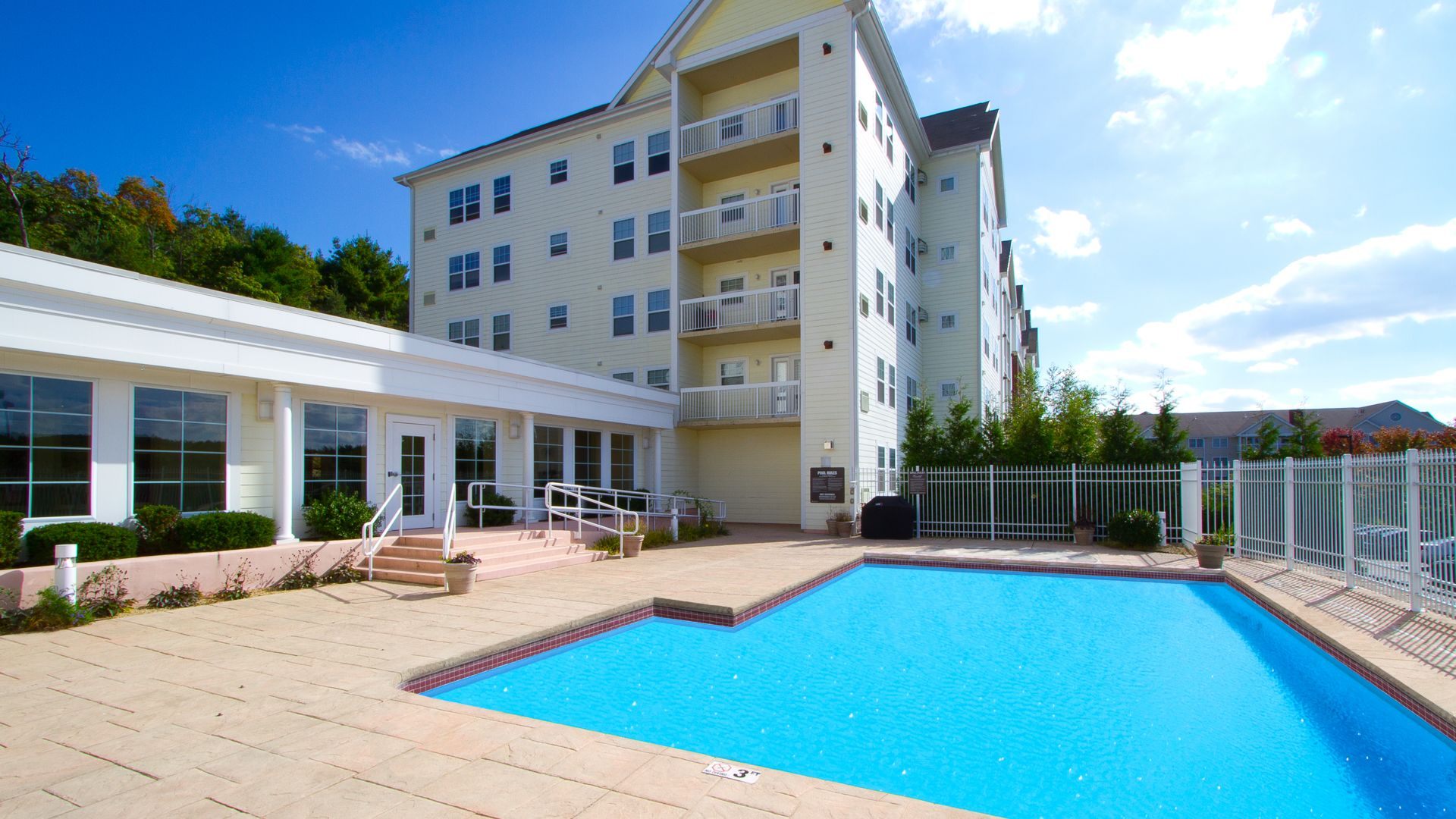 Rosecliff Apartments - Swimming Pool