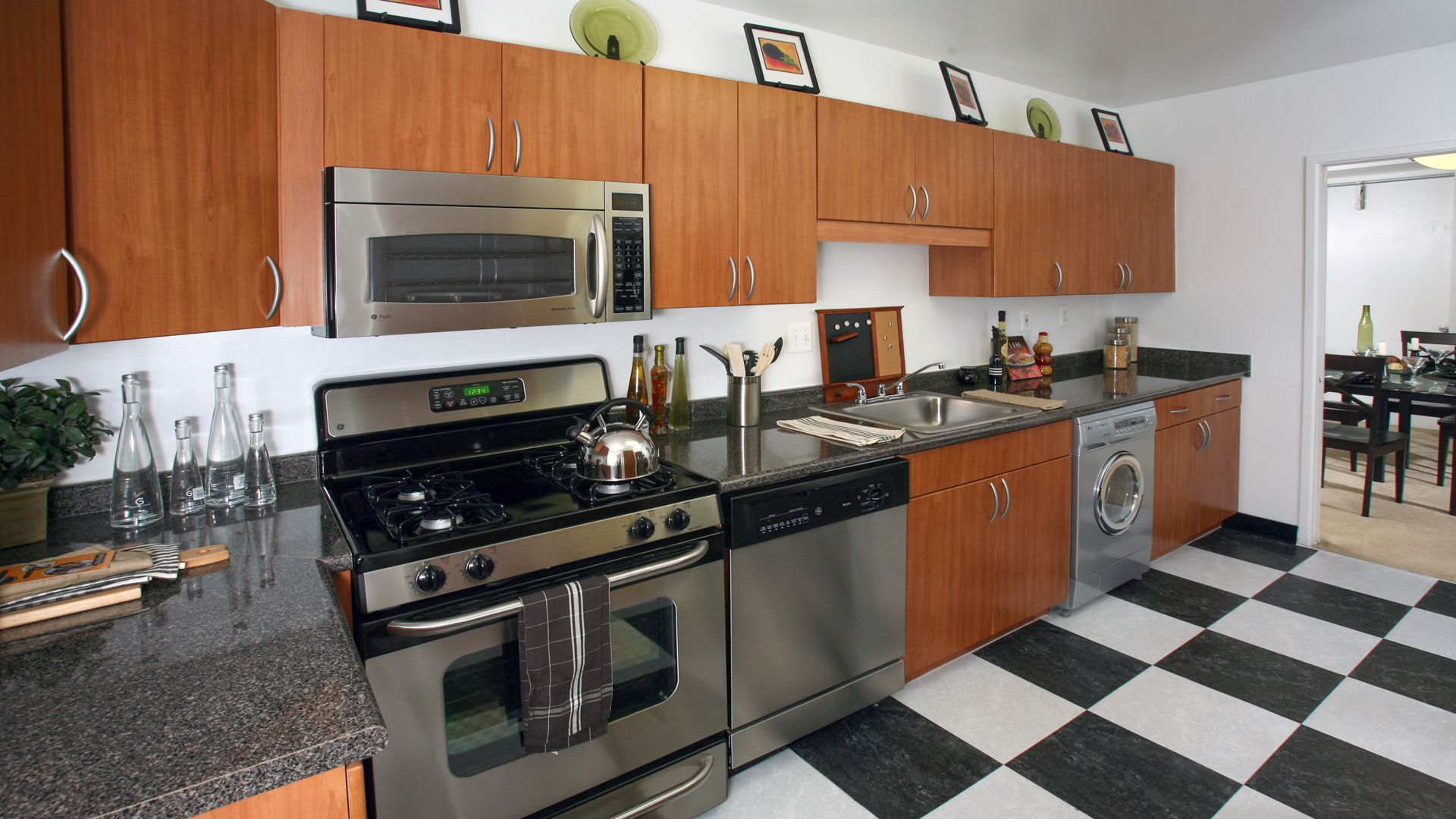 Skyline Towers Apartments - Kitchen