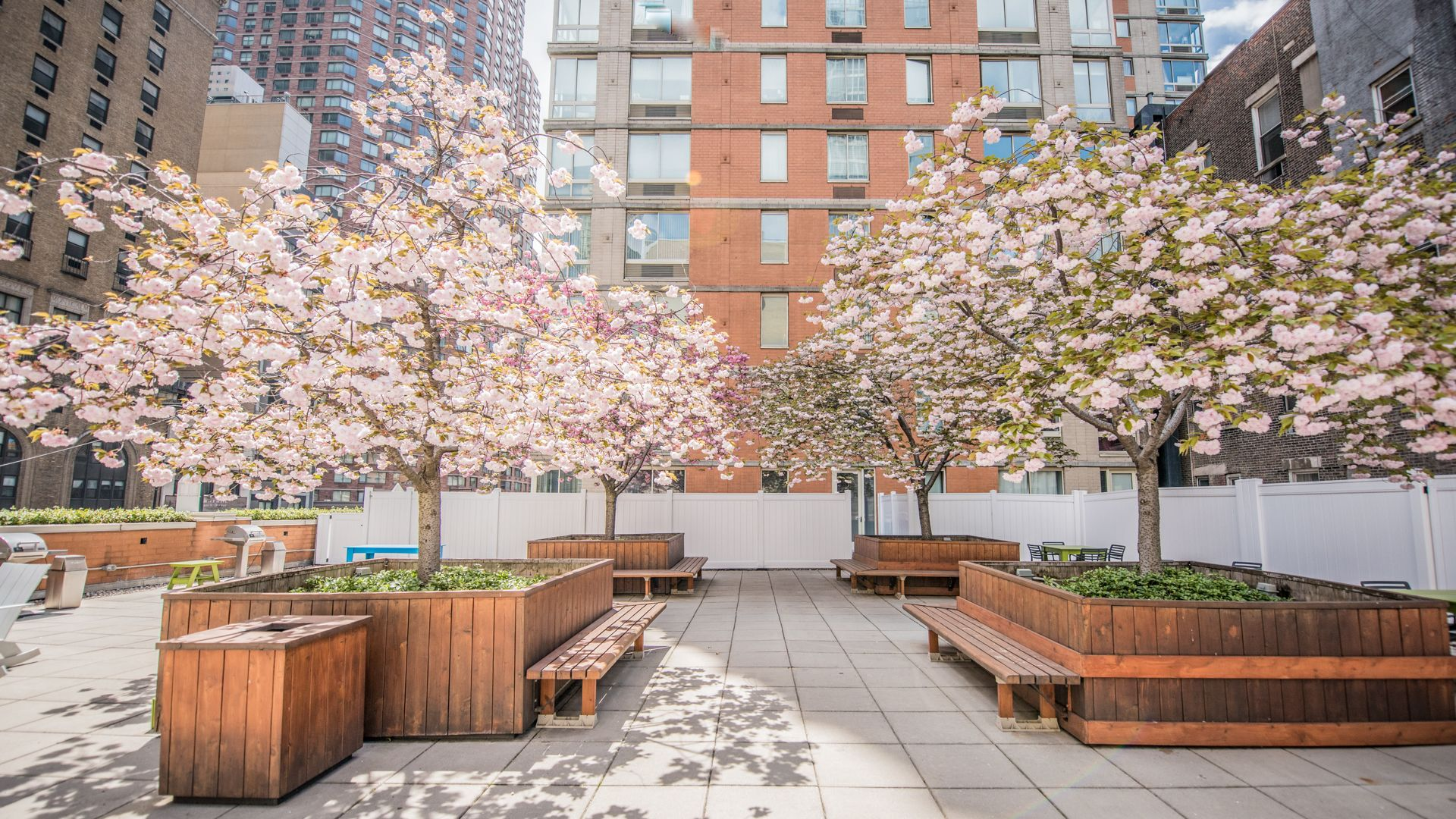 Longacre House Apartments - Courtyard