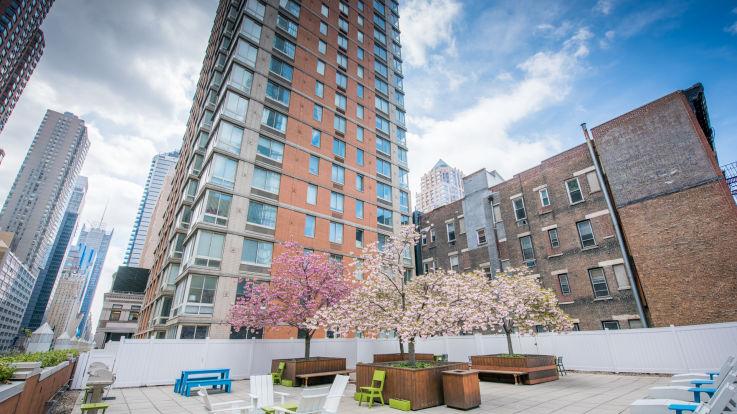 Longacre House Apartments - Courtyard