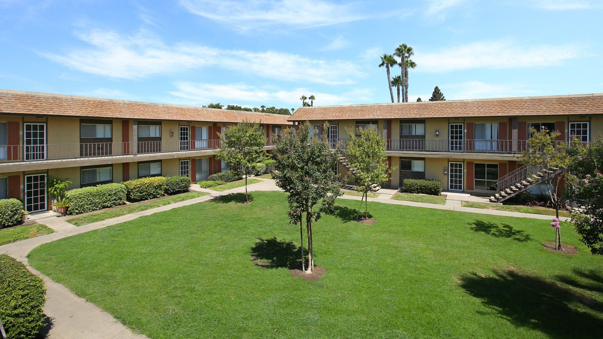 Regency Palms Apartments - Courtyard