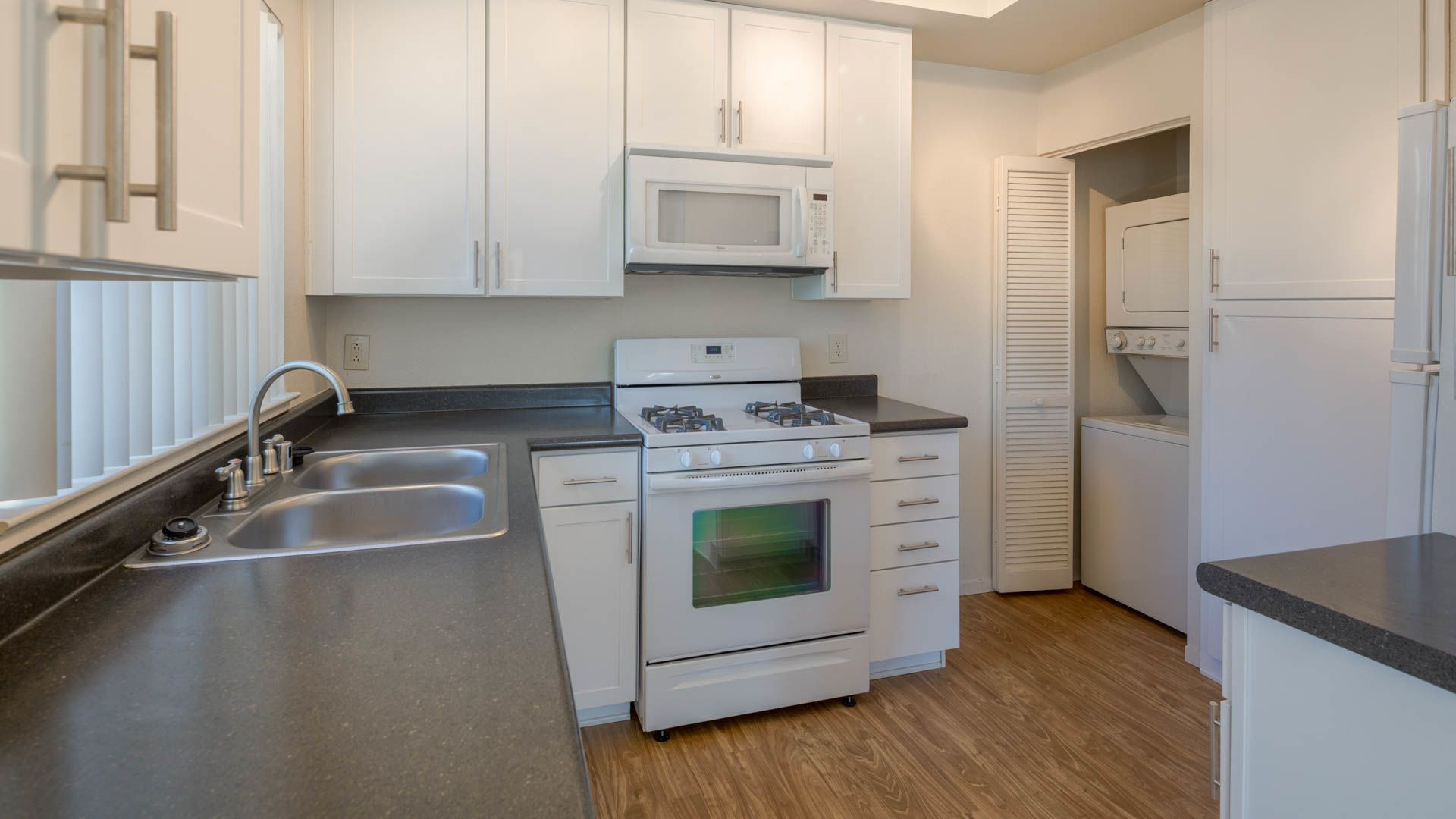 Schooner Bay Apartment Homes - Kitchen