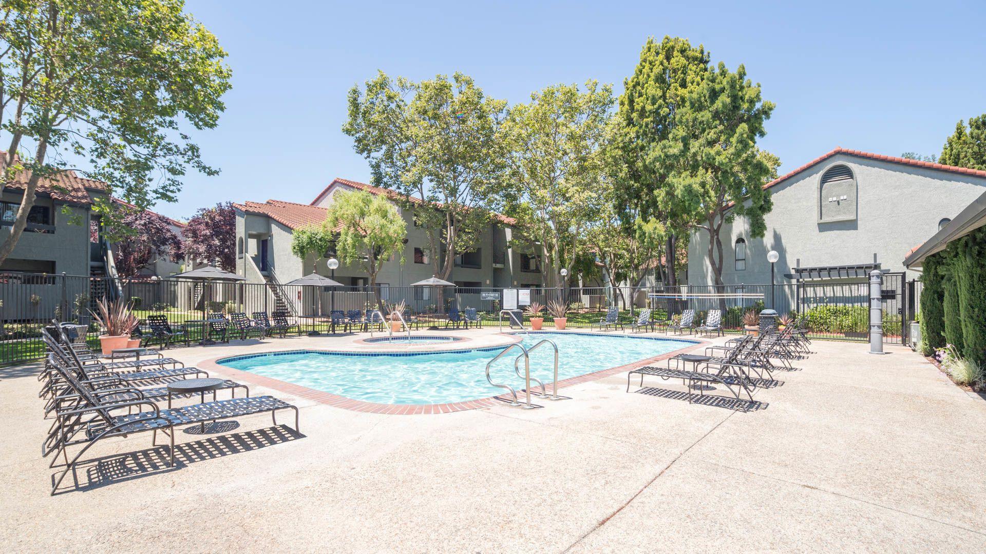 Skylark Apartments - Swimming Pool