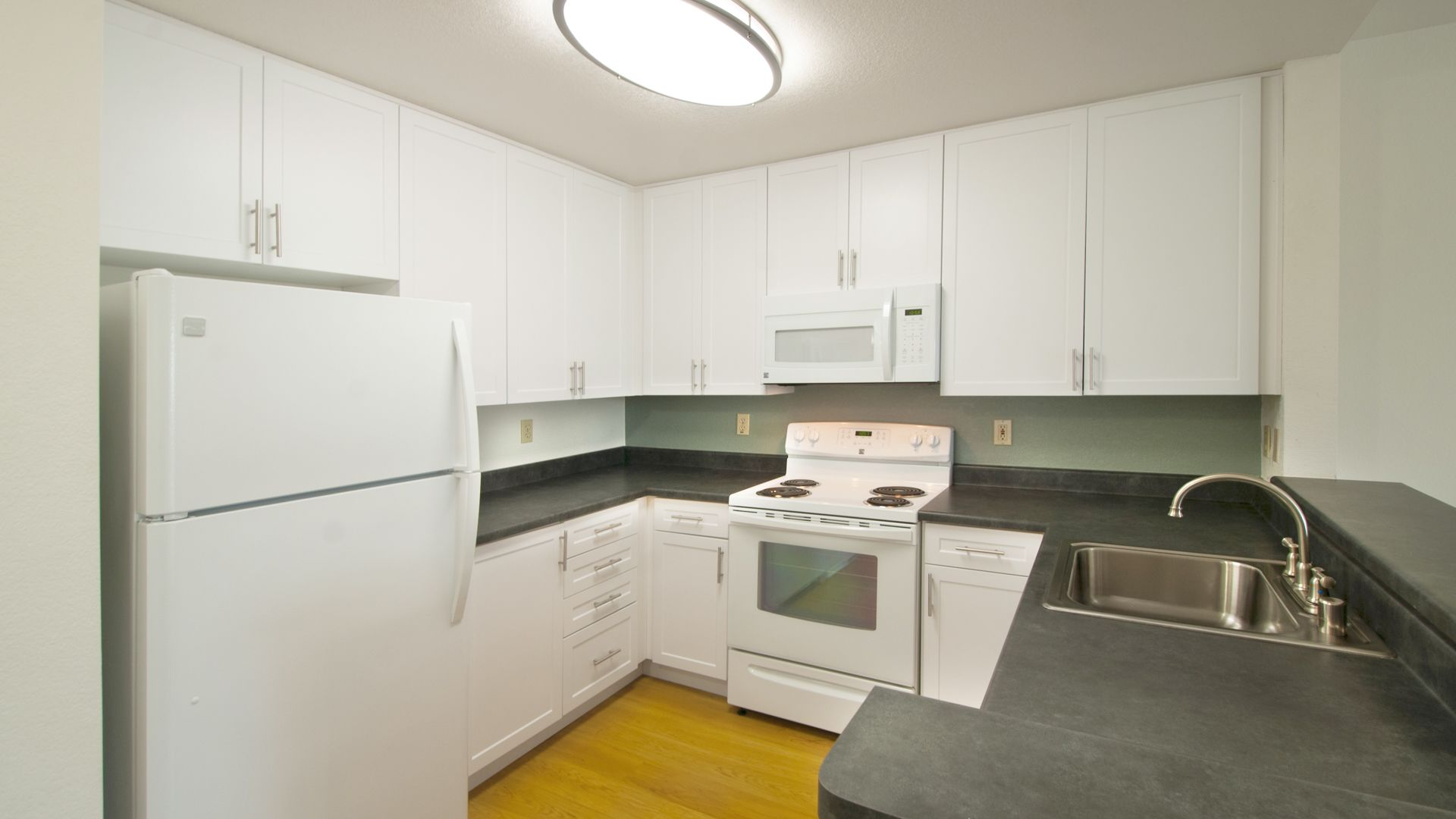 Centre Club Apartments - Kitchen