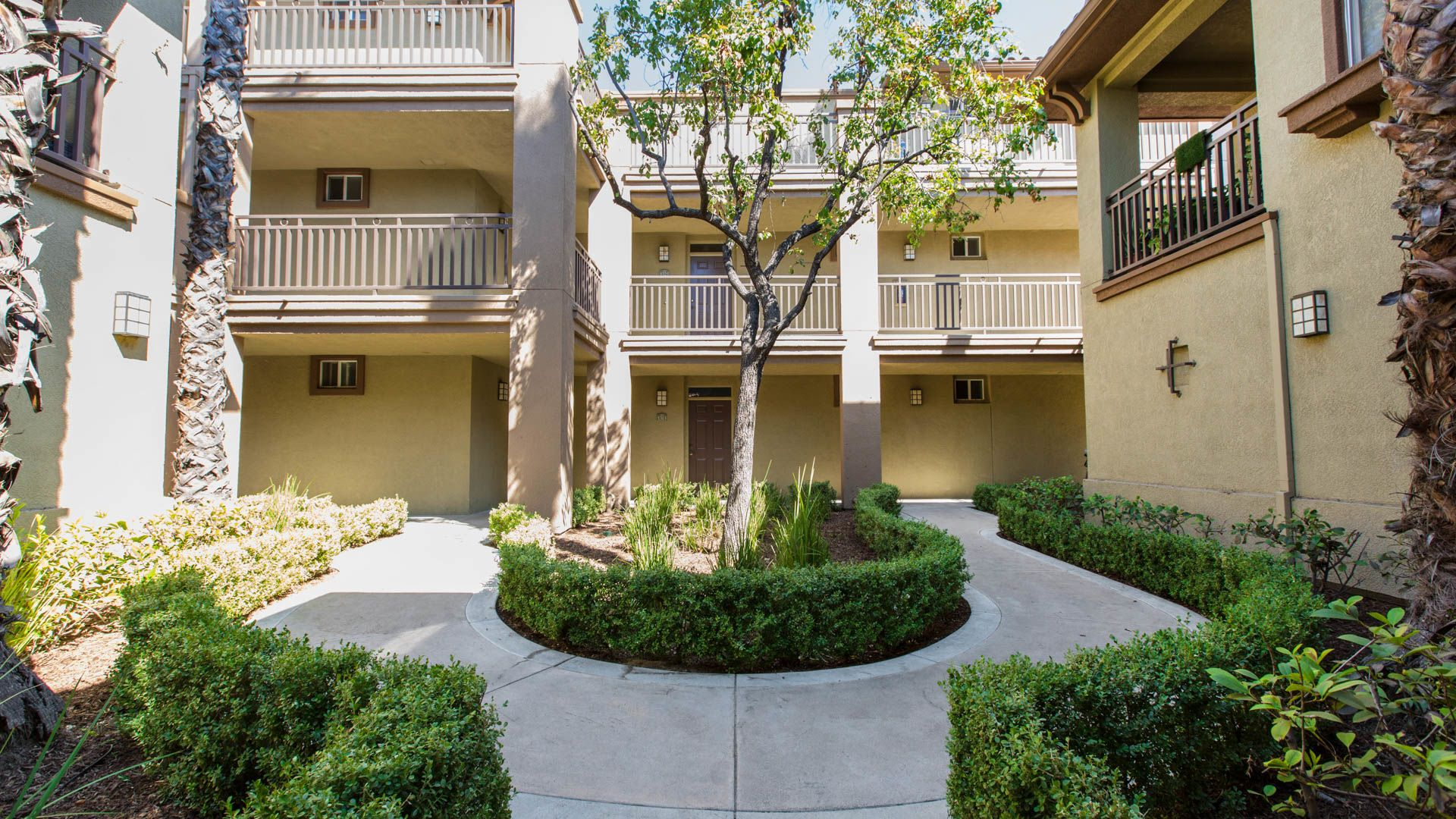 The Oaks Apartments - Courtyard