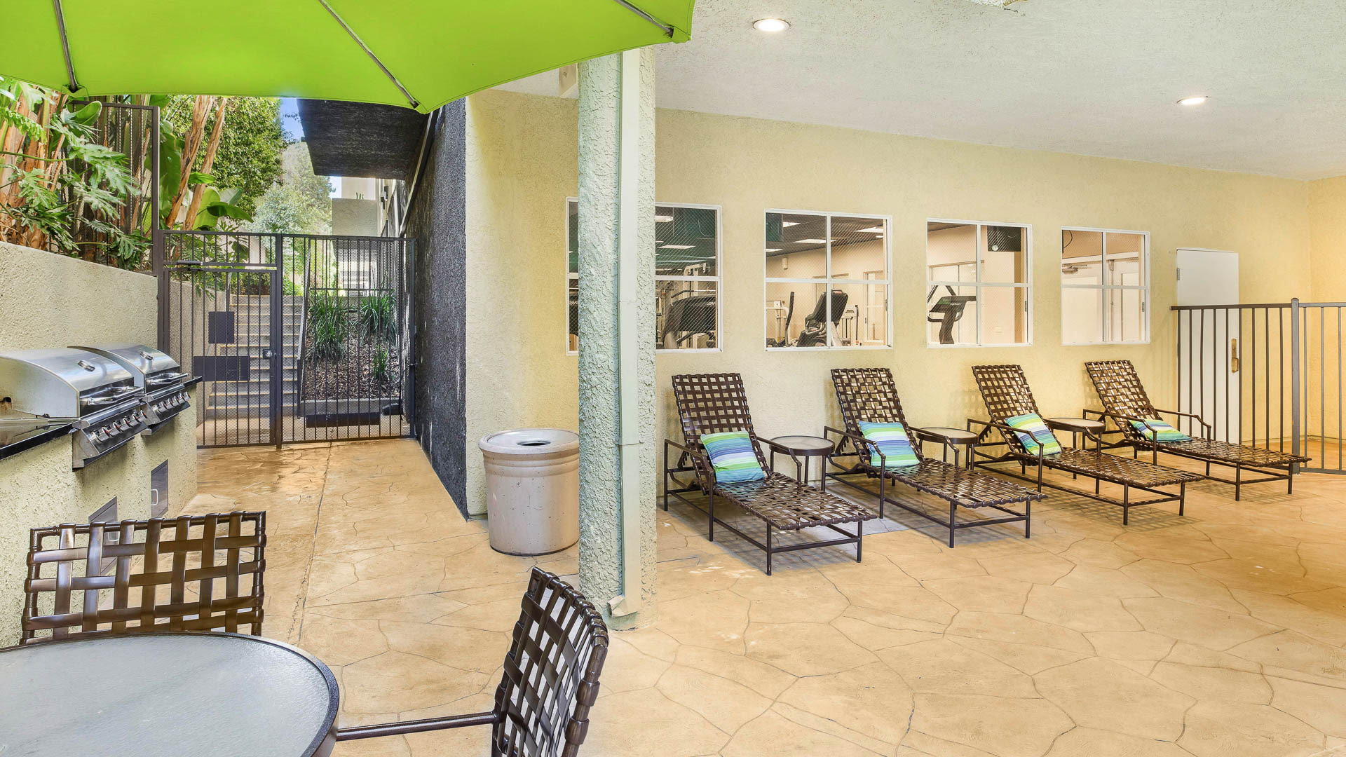 Versailles Apartments - Grilling Area and Lounge
