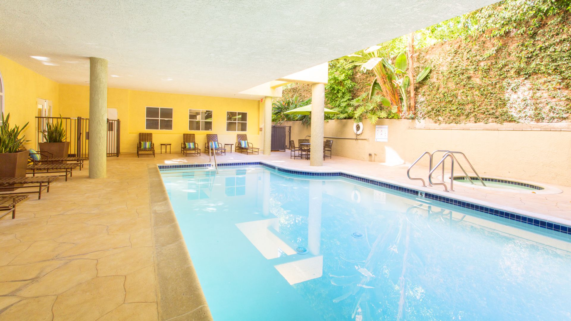 Versailles Apartments - Swimming Pool