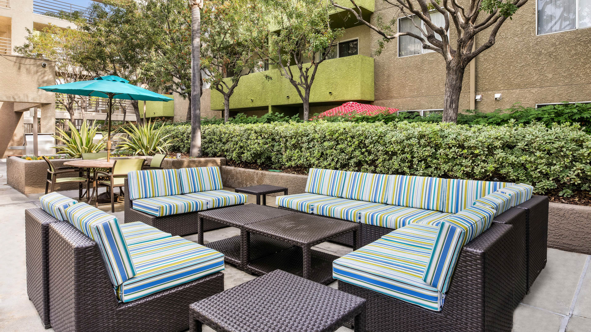Hampshire Place Apartments - Outdoor Lounge