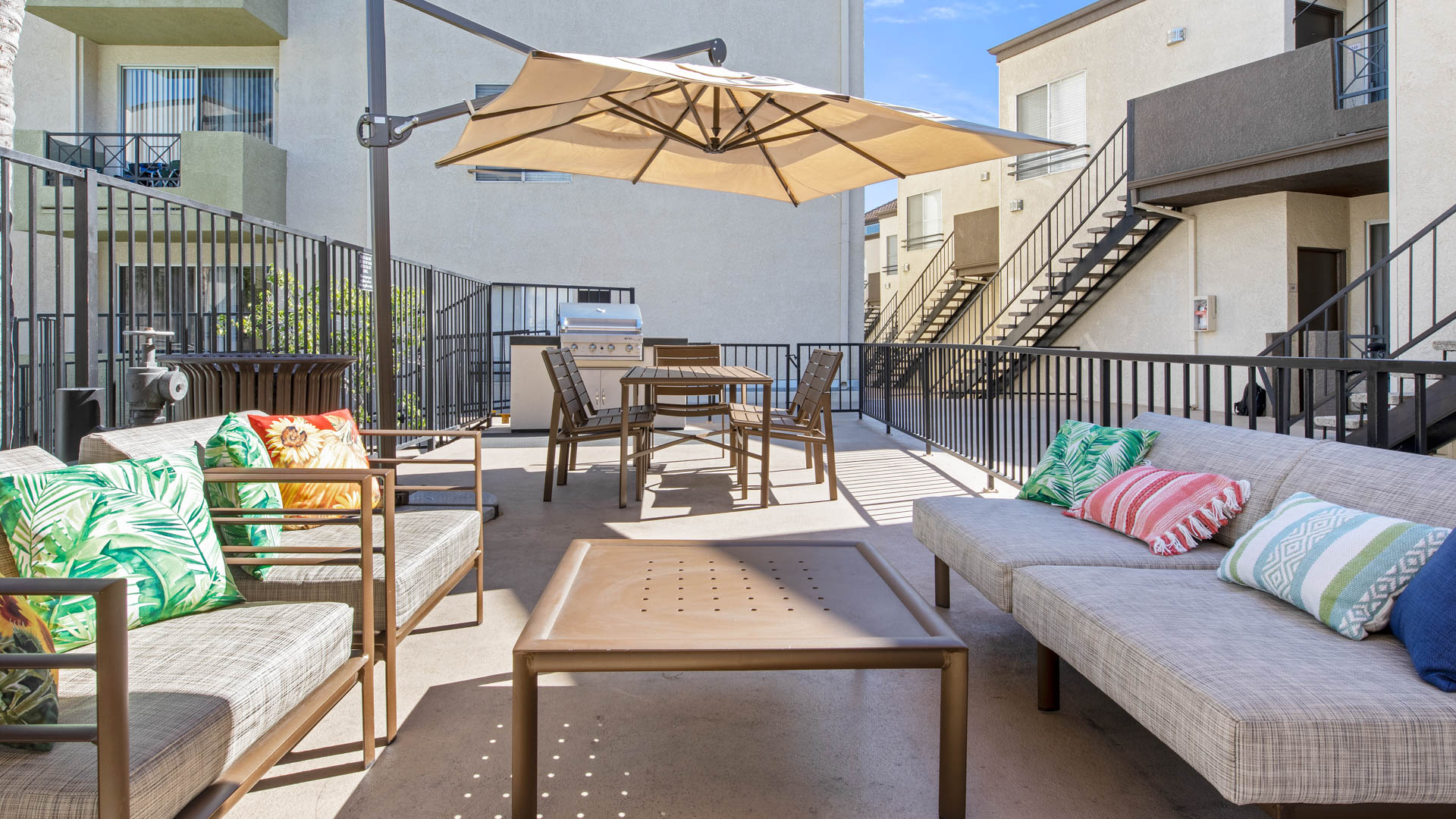 Kenwood Mews Apartments - Grilling Area