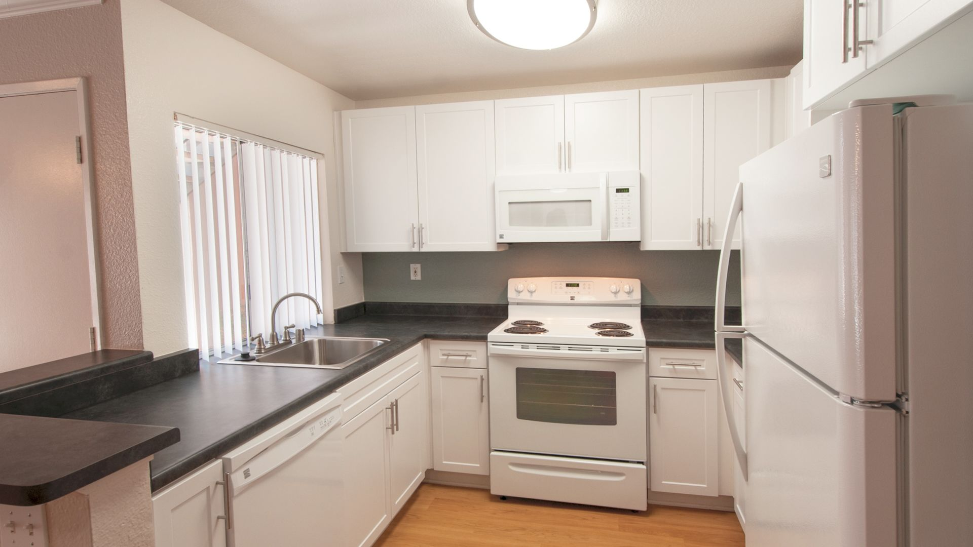 Avanti Apartments - Kitchen