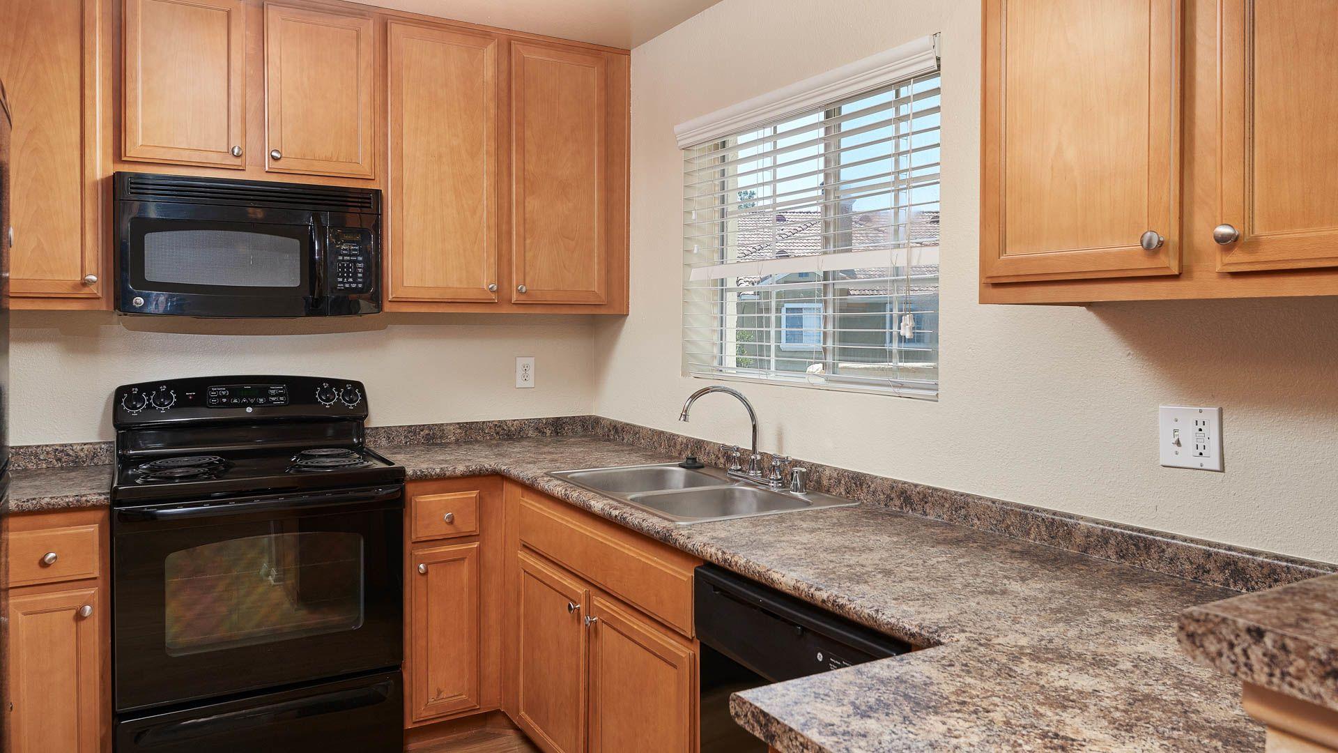 Deerwood Apartments - Kitchen