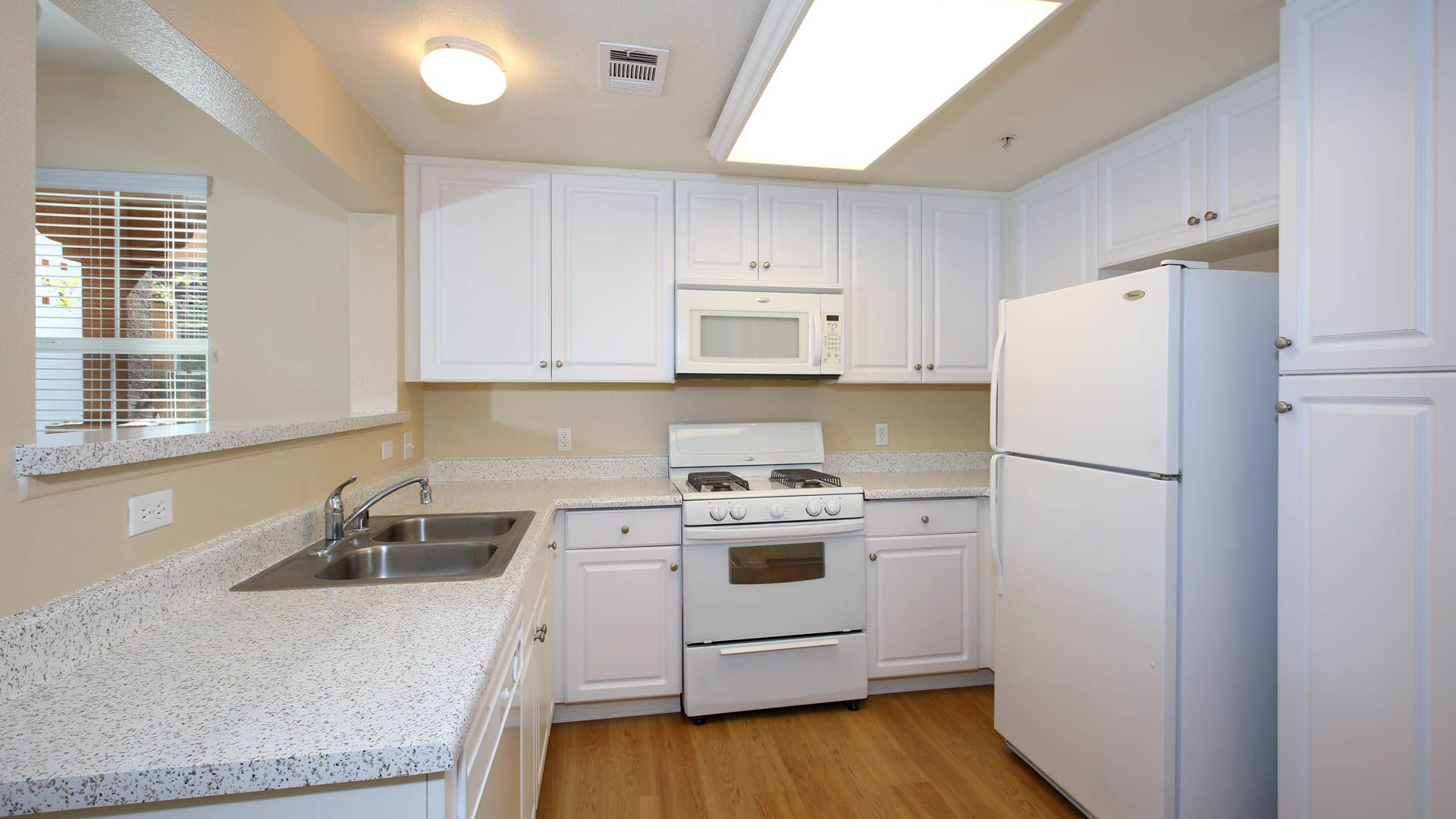 Vintage Apartments - Kitchen