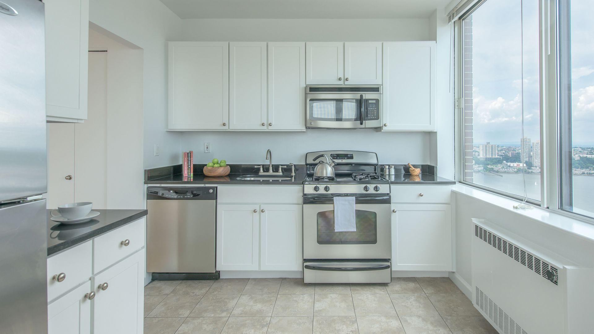 180 Riverside Boulevard Apartments - Kitchen