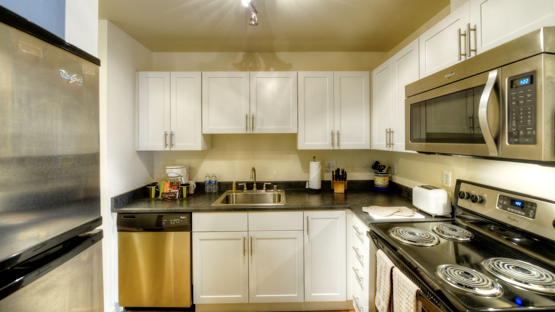 City Square Bellevue Apartments - Kitchen