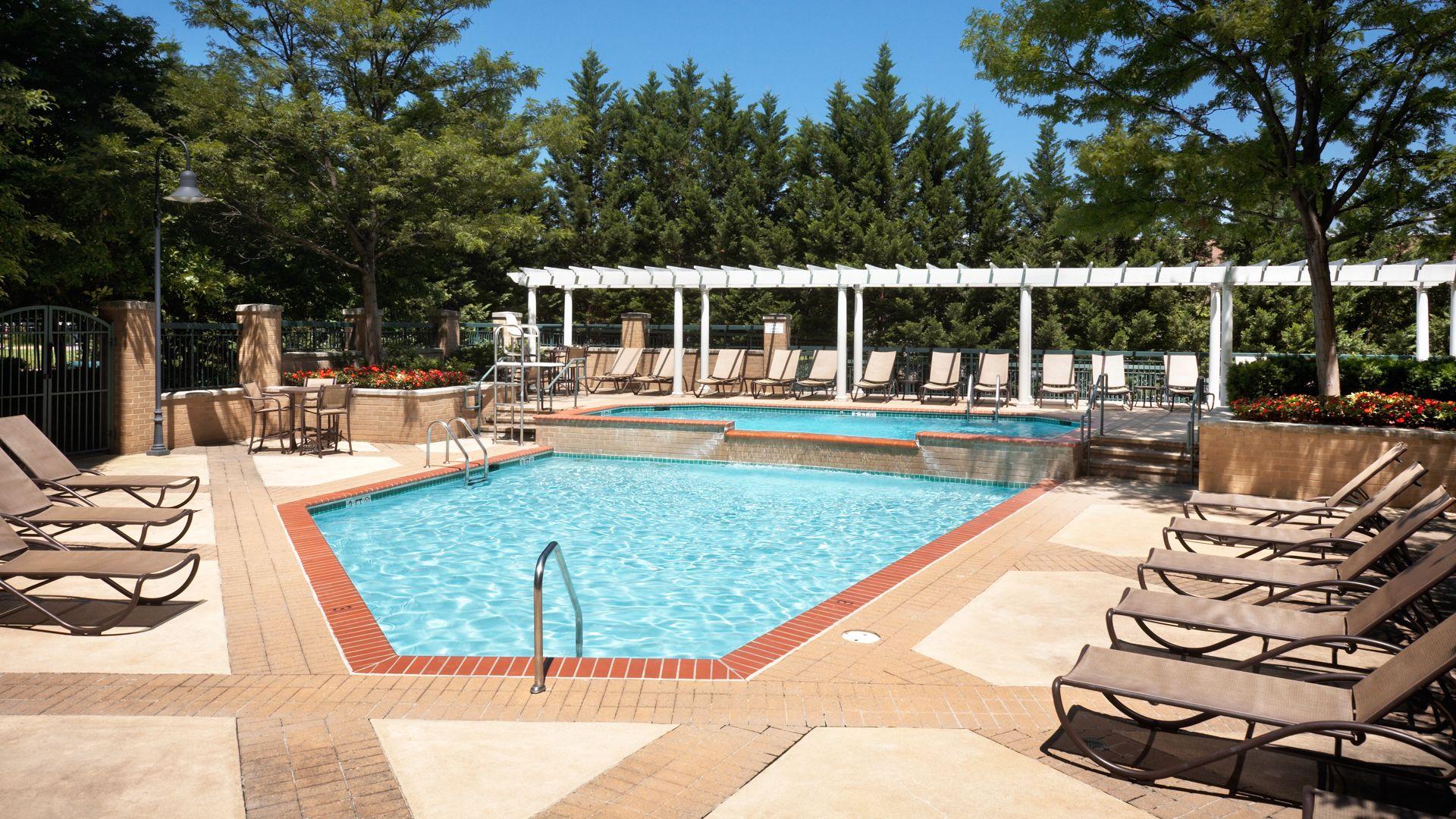 2201 Wilson Apartments - Swimming Pool