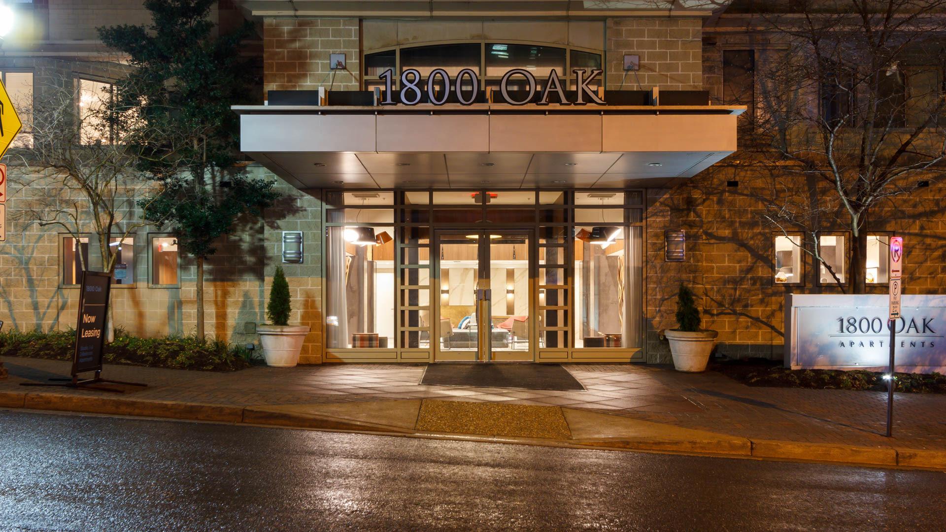 1800 Oak Apartments - Building Entrance
