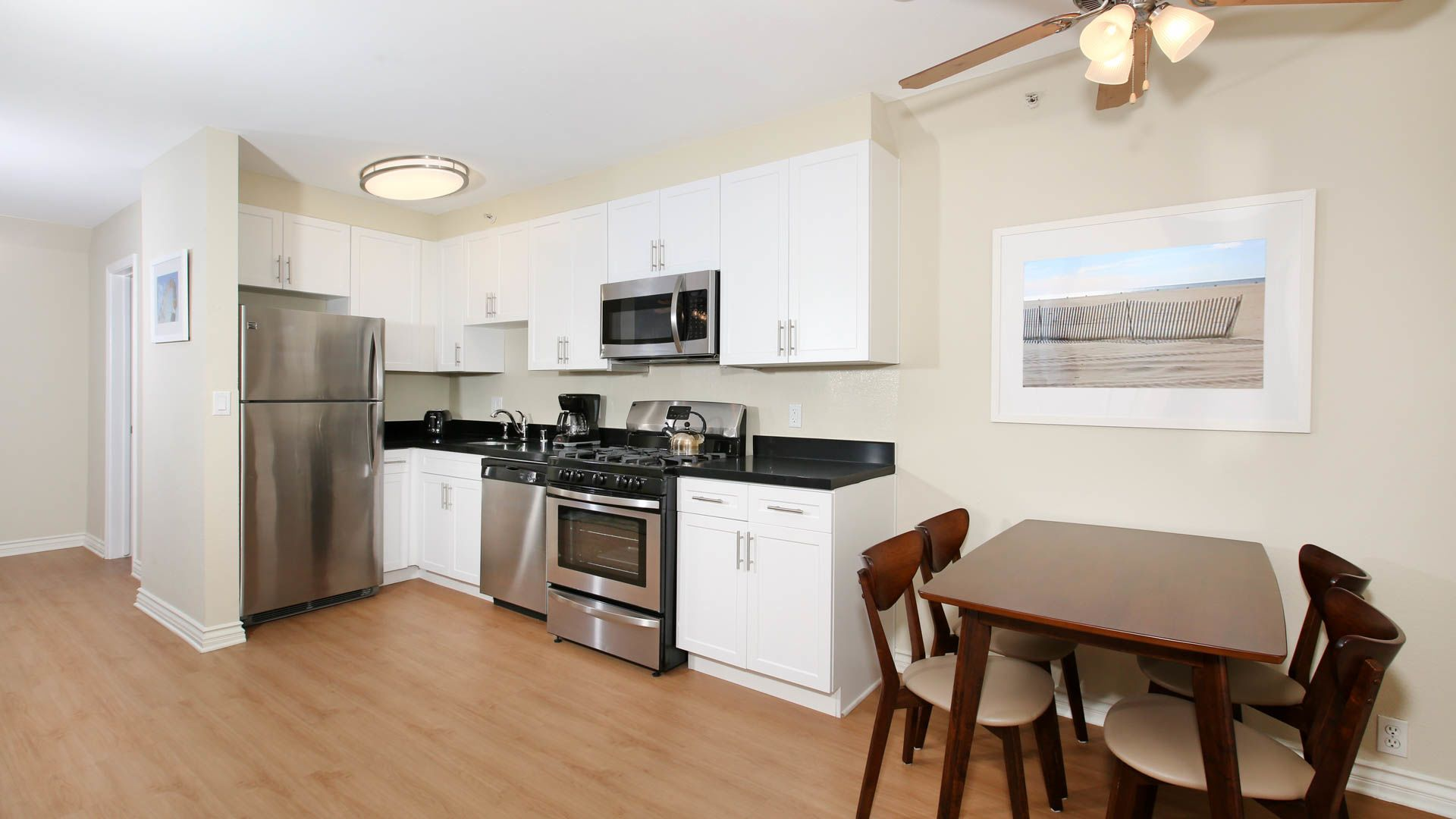 Citrus Suites Apartments - Kitchen and Dining Room