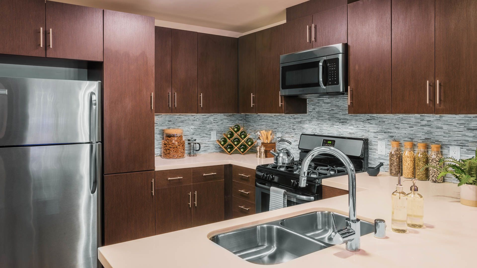 Radius Koreatown Apartments - Kitchen