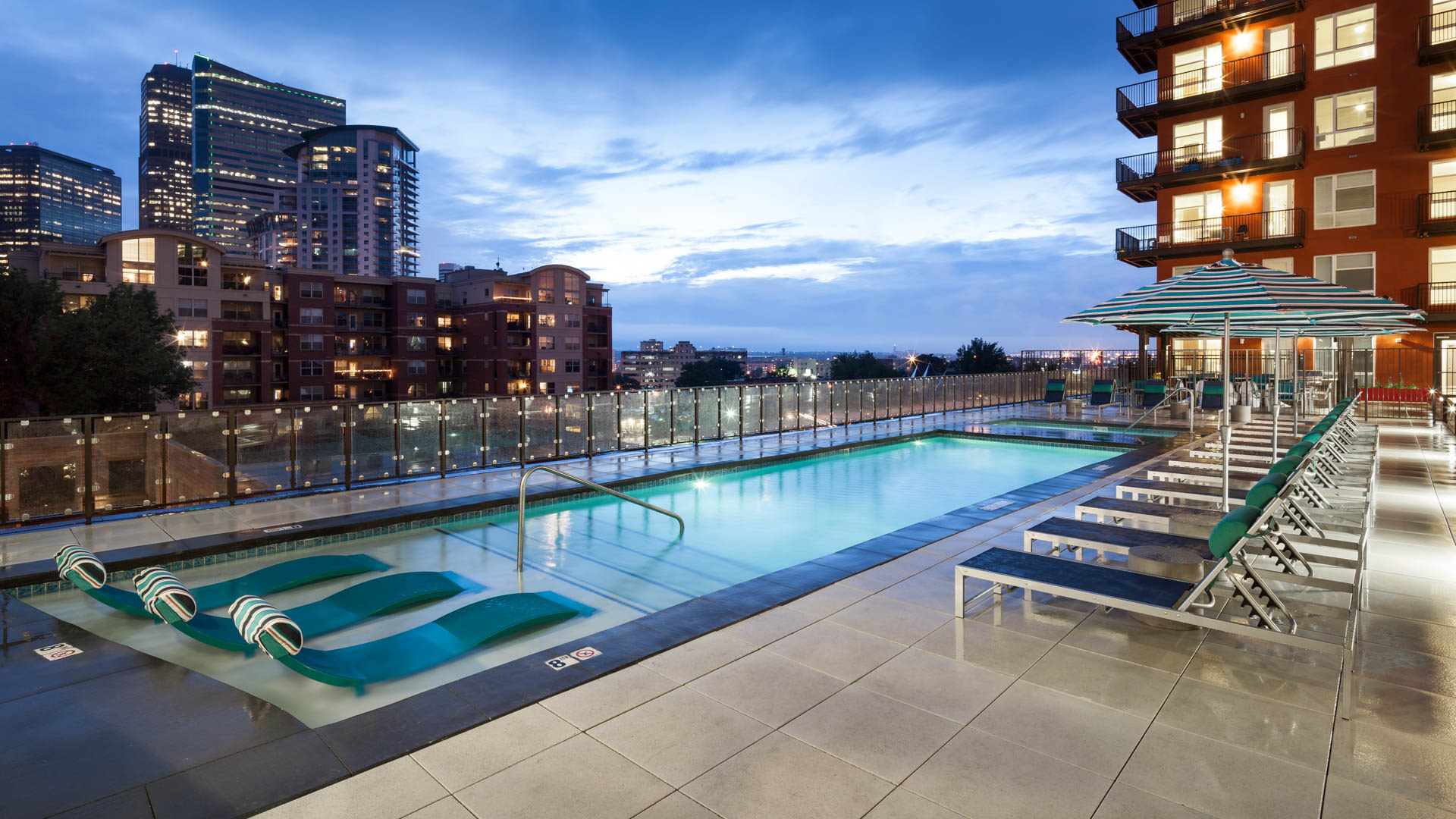 Radius Uptown Apartments - Swimming Pool