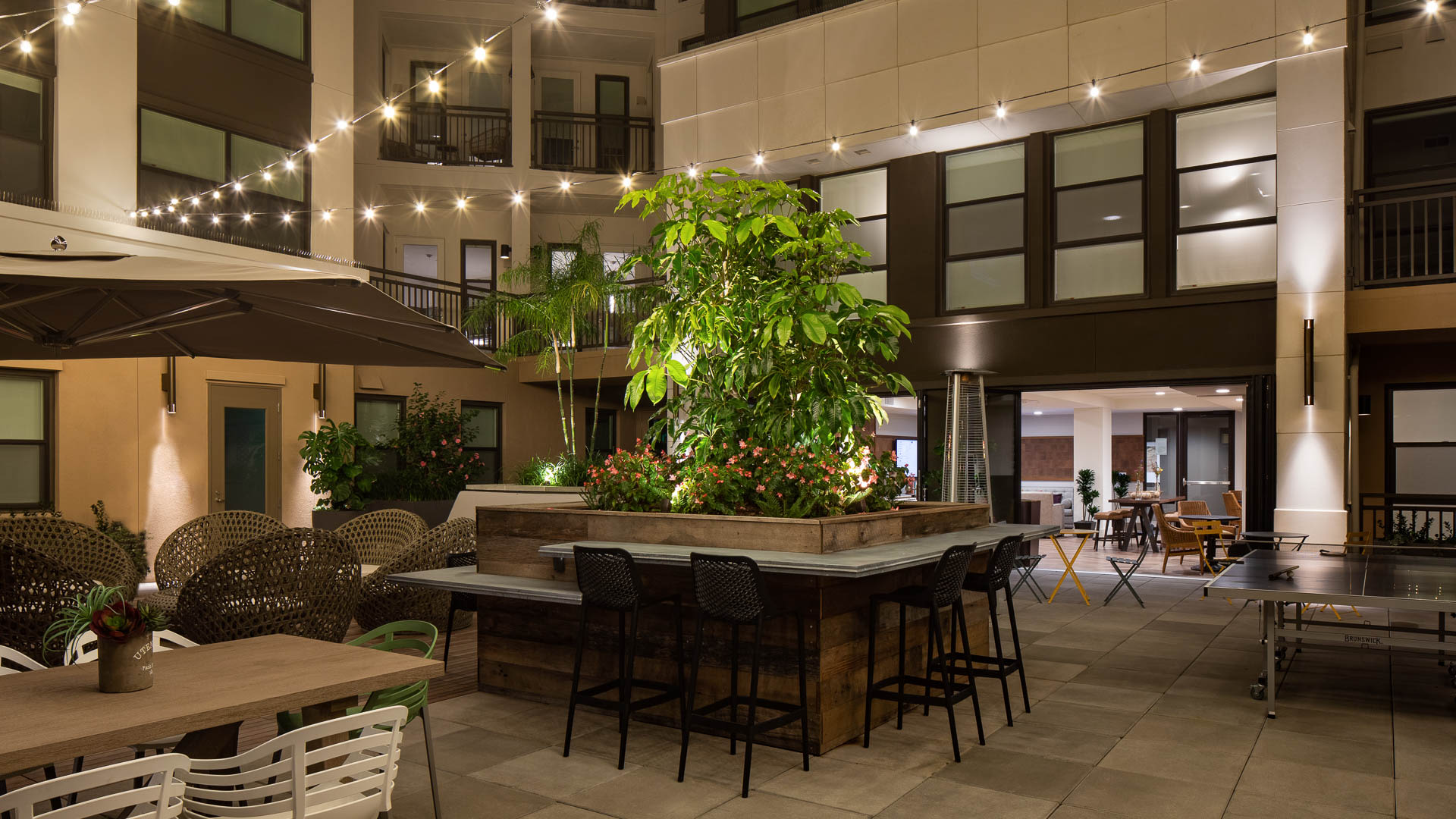 Huxley Apartments - Outdoor Lounge