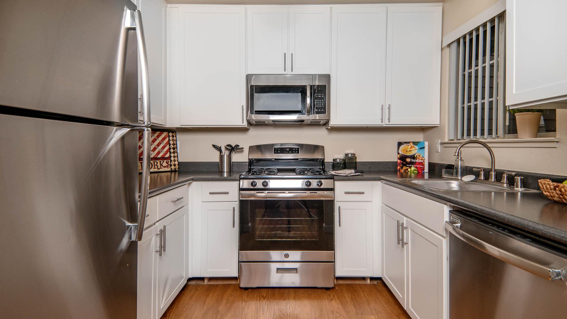 Lantern Cove Apartments - Kitchen