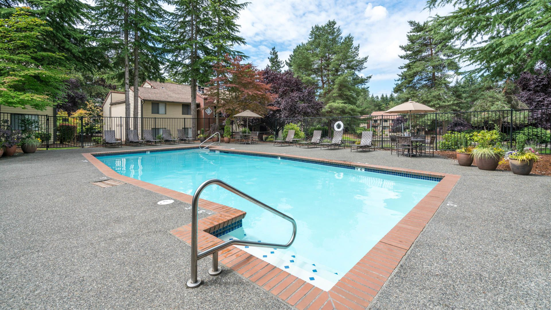 Bellevue Meadows Apartments - Swimming Pool