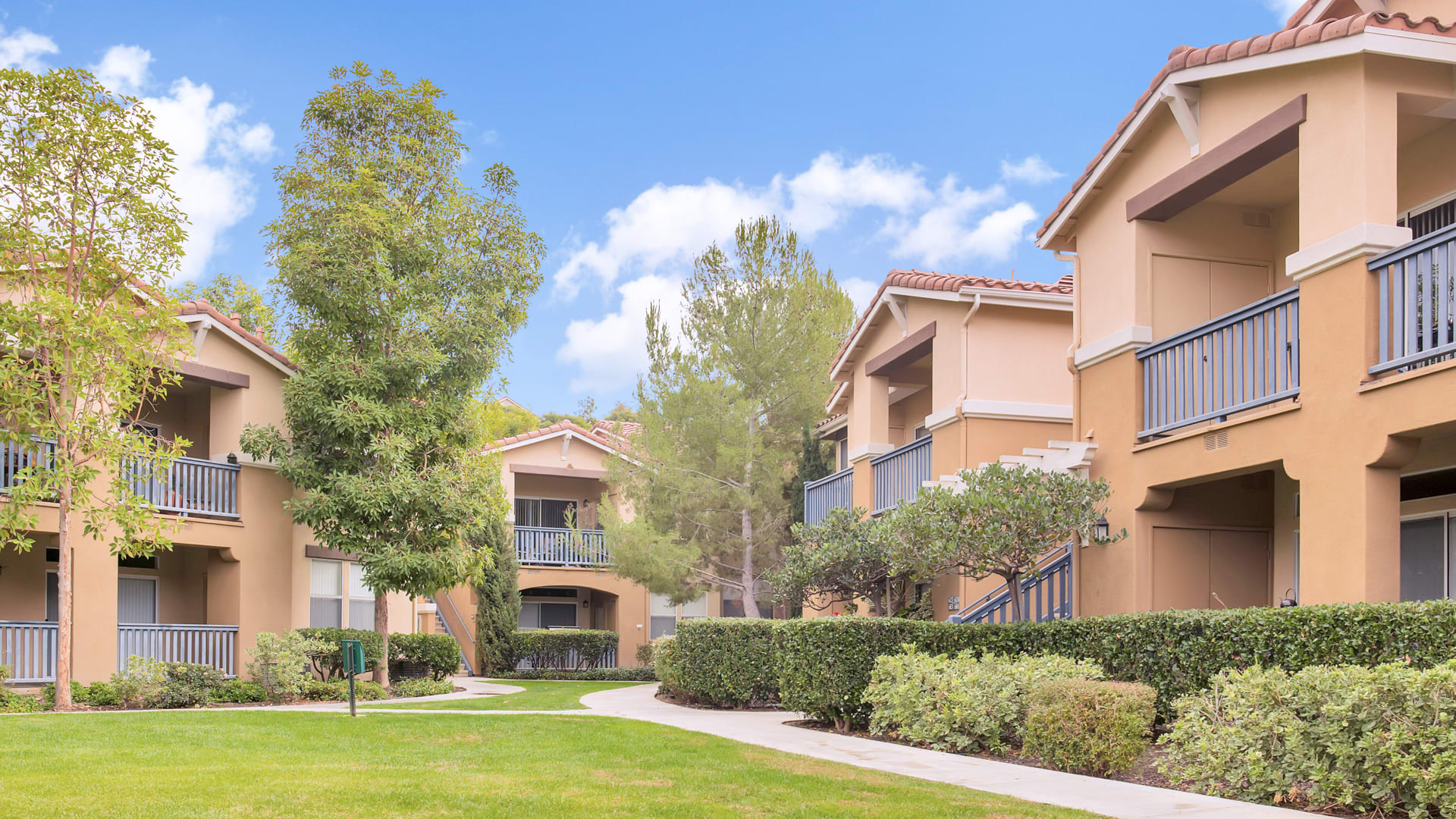 Skyview Apartments - Courtyard