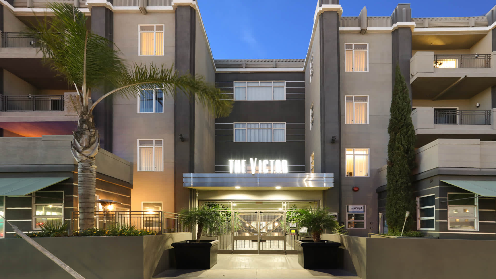 Victor on Venice Apartments - Building Exterior