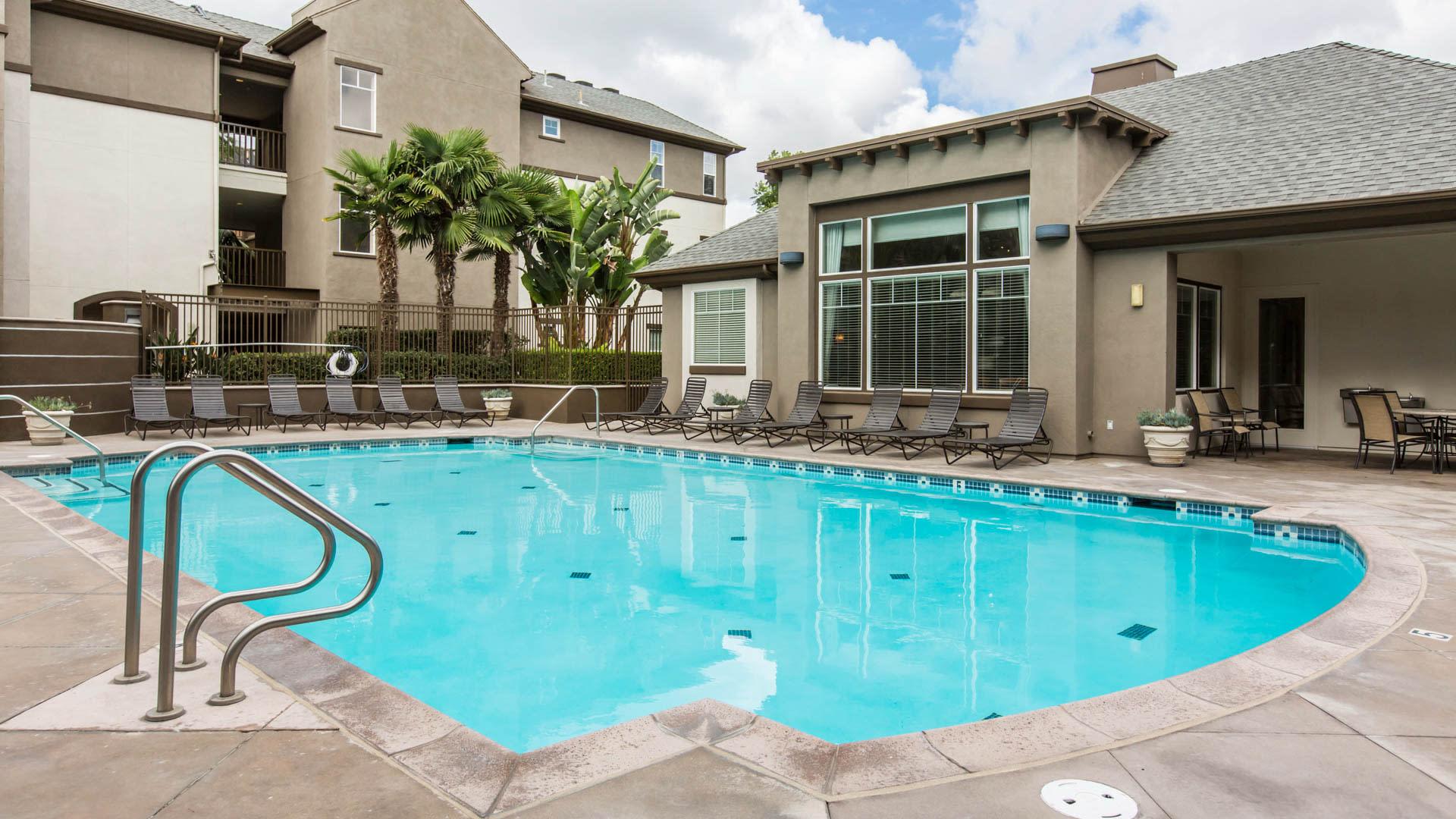 Kelvin Court Apartments - Swimming Pool