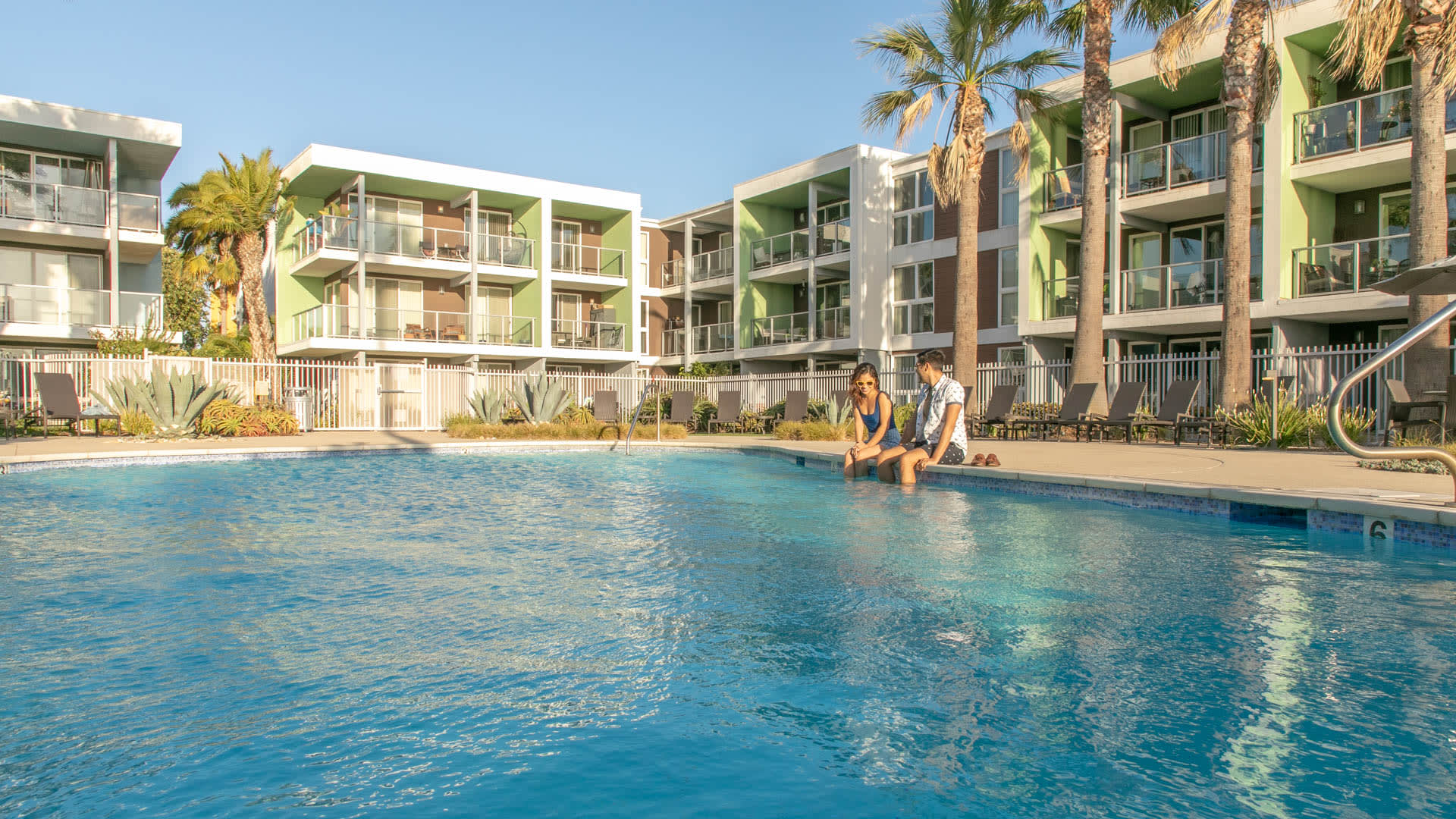 Breakwater at Marina del Rey Apartments - Swimming Pool