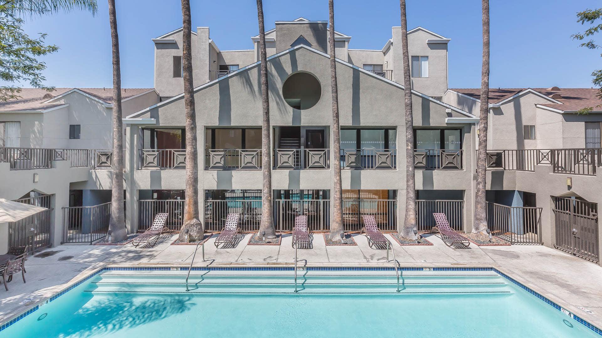 Prado Apartments - Swimming Pool