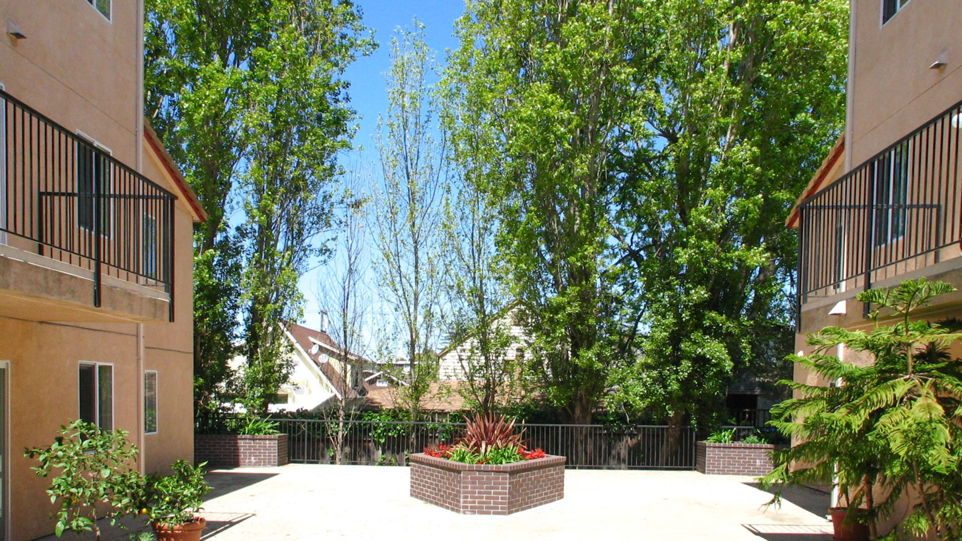 Renaissance Villas Apartments - Courtyard
